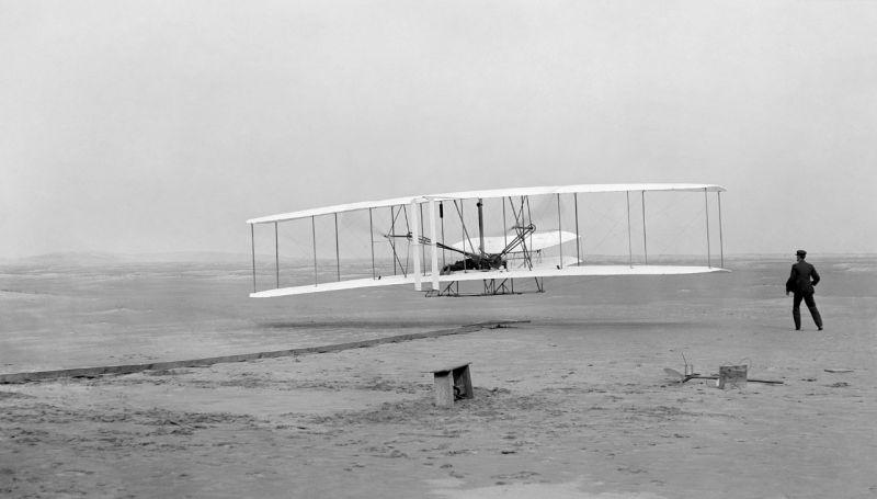 prvni motorove letadlo