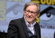 Photo of Steven Spielberg získal vroce 2002 vysokoškolský titul. Jako práci na předmět odevzdal Schindlerův seznam