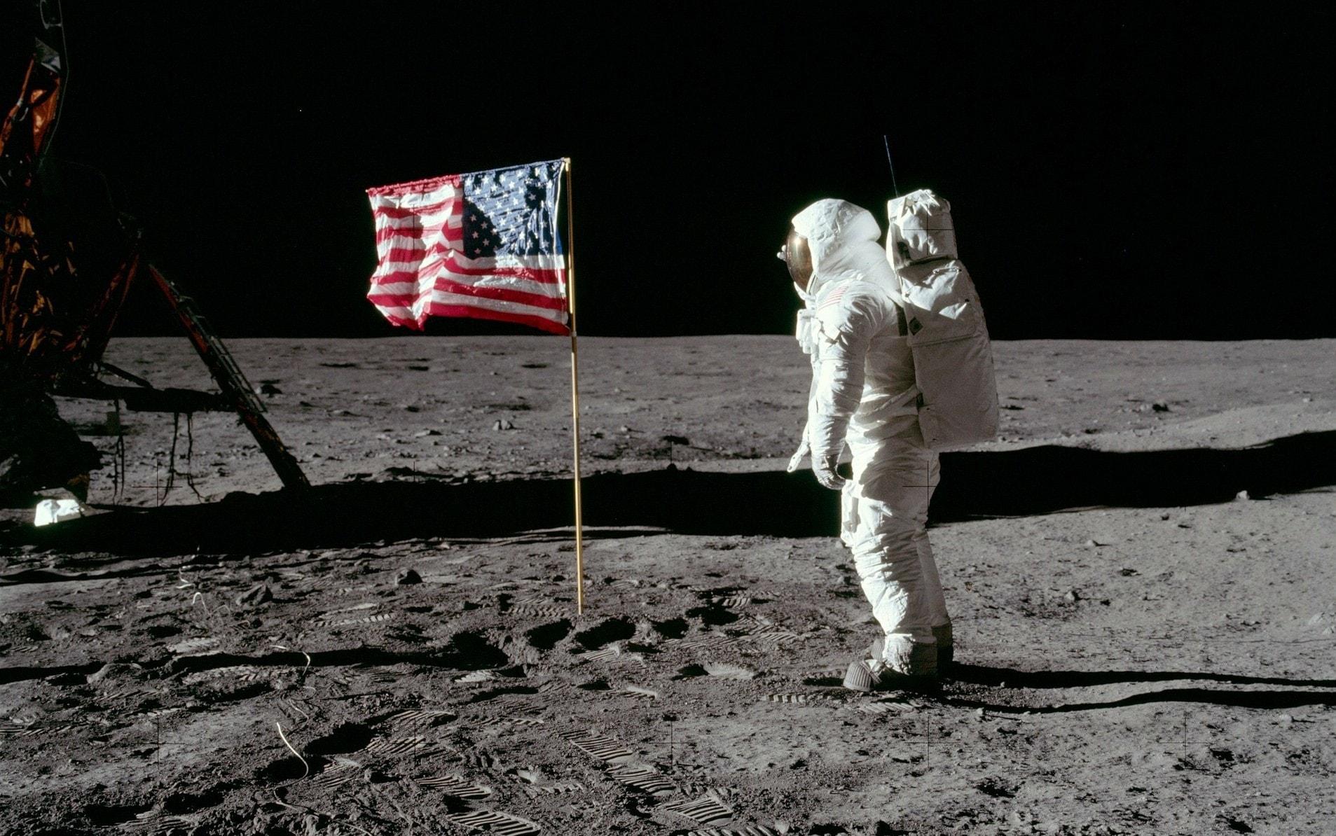 vlajka na mesici