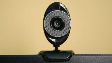 Photo of Ředitel FBI si zakrývá kameru na notebooku lepicí páskou ato samé radí iostatním